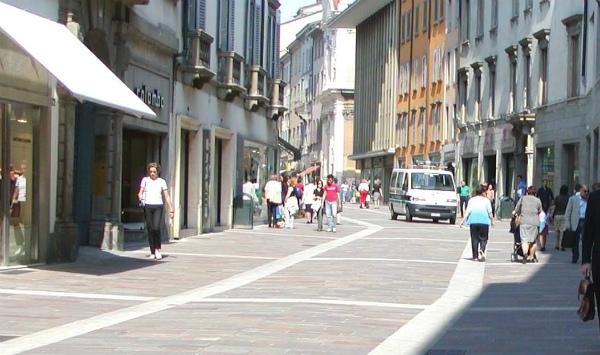 12-la-strada-dello-shopping-a-bergamo,-via-xx-settembre.jpg
