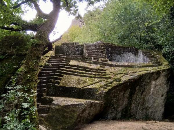 1-1-La-Piramide-etrusca-di-Bomarzo-1.jpg