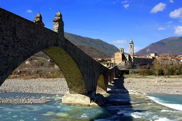 1-panorama-di-Bobbio-e-Ponte-Gobbo-o-del-Diavolo_GF.jpg
