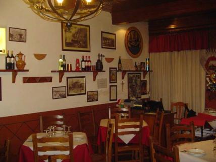 10-2-Trattoria-da-Pippo_parete-della-sala-ristorante.jpg