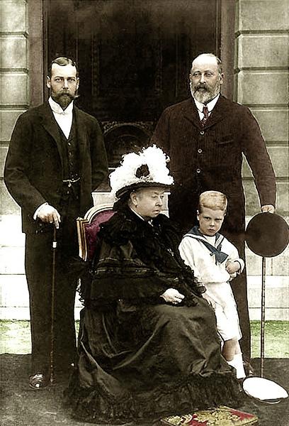 10-Edoardo VIII con il nonno Edoardo VII (a destra), il padre Giorgio V (a sinistra) e la bisnonna Vittoria nel 1898.jpg
