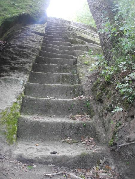 10-La-Piramide-etrusca-di-Bomarzo-6.jpg