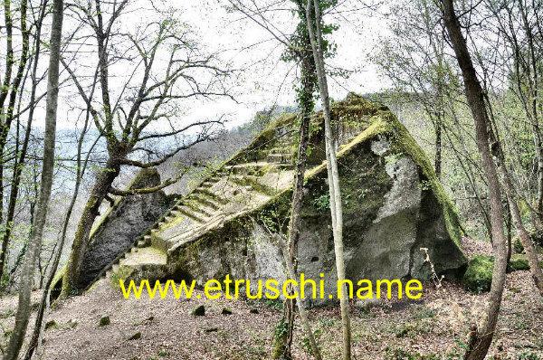 11-Piramide_Etrusca_Bomarzo_DSC_7169.jpg