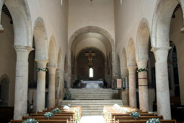 12--Chiesa_di_San_Michele_(Bevagna),_interno_01.jpg