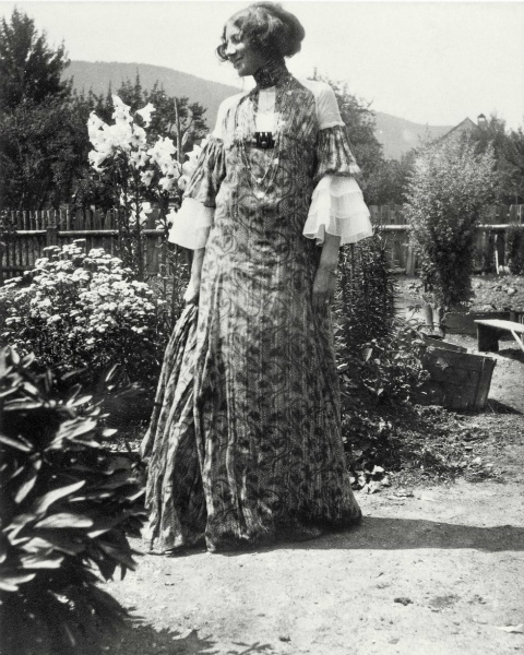 12-emilie-floege-in-a-reform-dress-.jpg