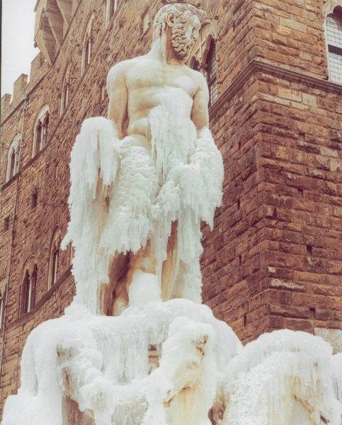 13-nevicata-1985-La-statua-di-Nettuno-il-Biancone-ghiacciata.jpg