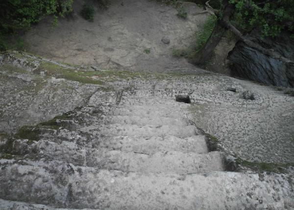 14-La-Piramide-etrusca-di-Bomarzo-9.jpg