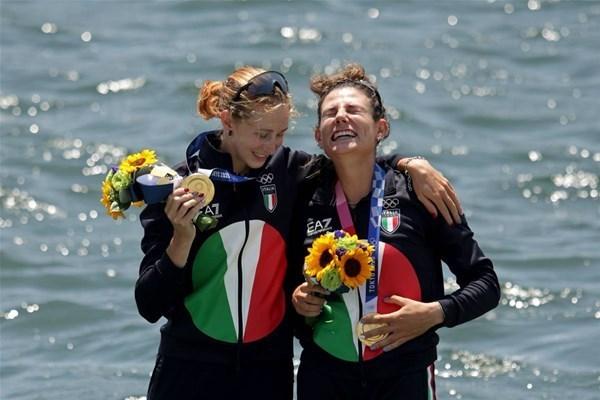 15-2d oro canotaggio Valentina Rodini e Federica Cesarini_GF.jpg