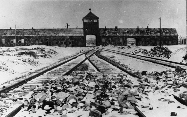 2-1-La-storia-del-tatuatore-di-Auschwitz-09.jpg