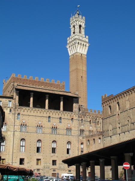 2-Piazza_del_mercato,_siena_02_retro_palazzo_pubblico.jpg