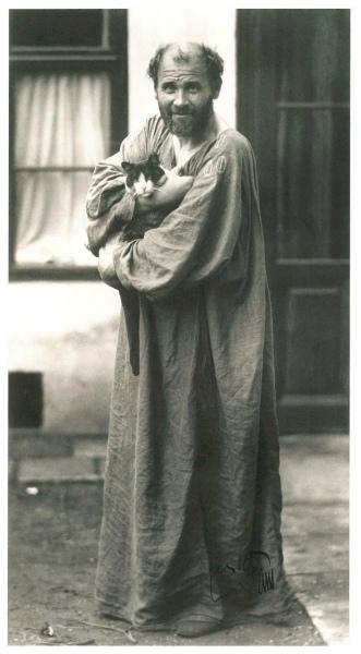 21-Gustav-Klimt-in-front-of-the-entrance-to-his-studio.jpg