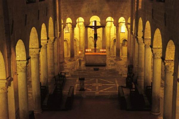 21-navata-centrale-abbazia-di-sant-antimo_GF.jpg