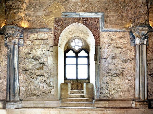 26-964px-Castel_del_monte,_interno,_finestra_03.jpg