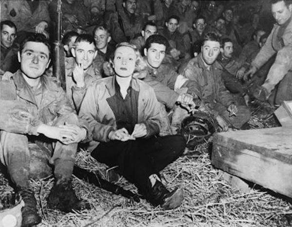 4-Dietrich e soldati statunitensi in Francia durante il suo secondo tour – 1944.jpg