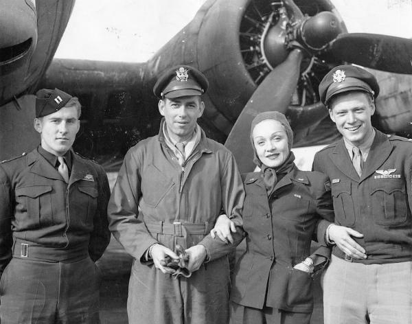 5-Dietrich con gli aviatori del 401° Bomb Group – 29 settembre 1944.jpg