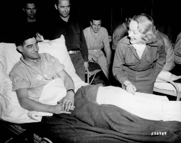 6-Dietrich firma il gesso di un soldato in Belgio – 24 novembre 1944.jpg