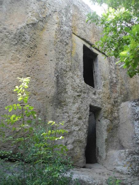 7-La-Piramide-etrusca-di-Bomarzo-8.jpg