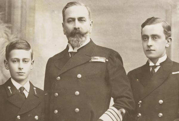 7-Luis fotografato a 12 anni insieme al padre Luigi di Battenberg e al fratello Giorgio.jpg