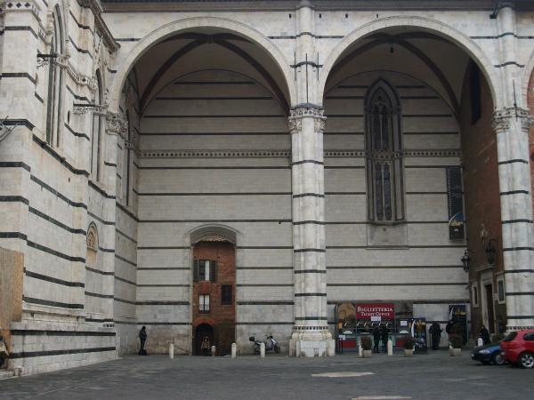 8-Arcades_de_la_nau_inacabada,_catedral_de_Siena.jpg