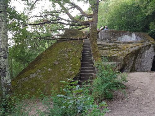 9-piramide-etrusca-bomarzo.jpg